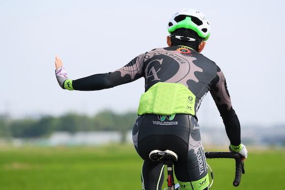 実は正解がない!? ロードバイクの手信号