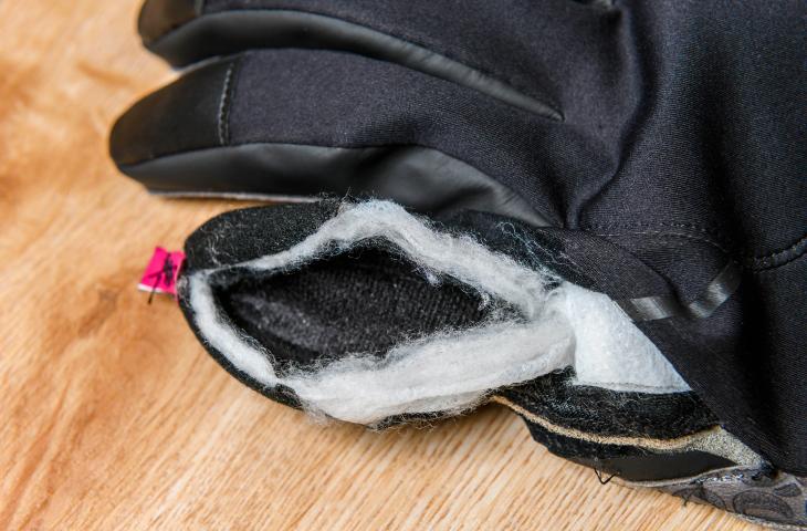 冷えやすい指先部分は中綿二重構造になっており、暖かさを損なわない