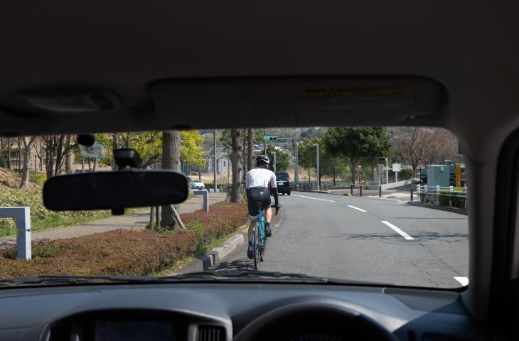 車道の適切な位置を自転車で走行したときのドライバー目線からの写真
