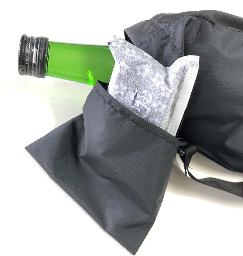 内側には本体を収納する小袋が付いており、展開後は保冷剤を入れることもできる
