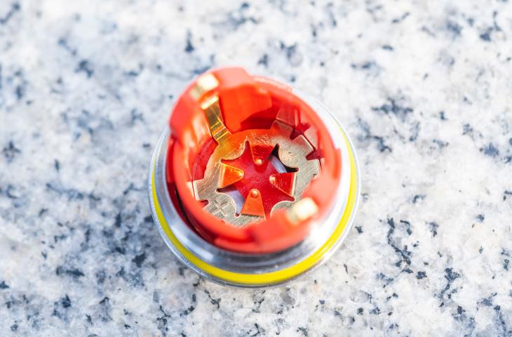 花びら型の電池受け部分(カバー側)