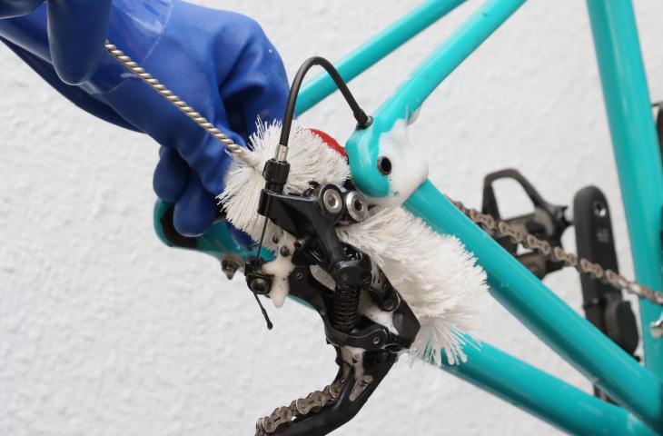 リヤディレーラーの細かい部分をブラシで洗う