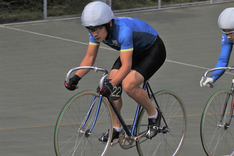 競輪候補生のヘルメットキャップ