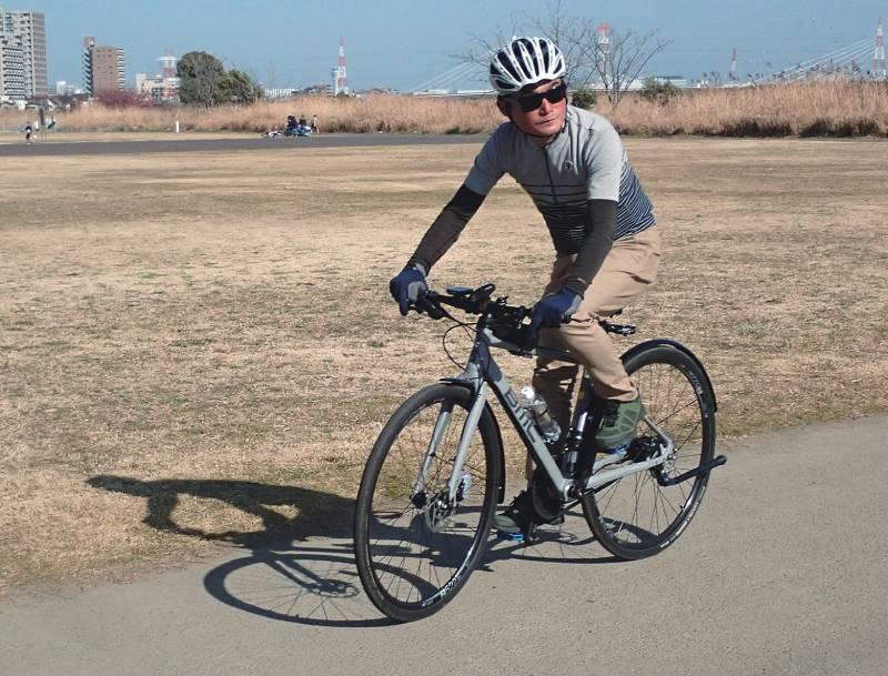 BMCのクロスバイクに乗る田村さん