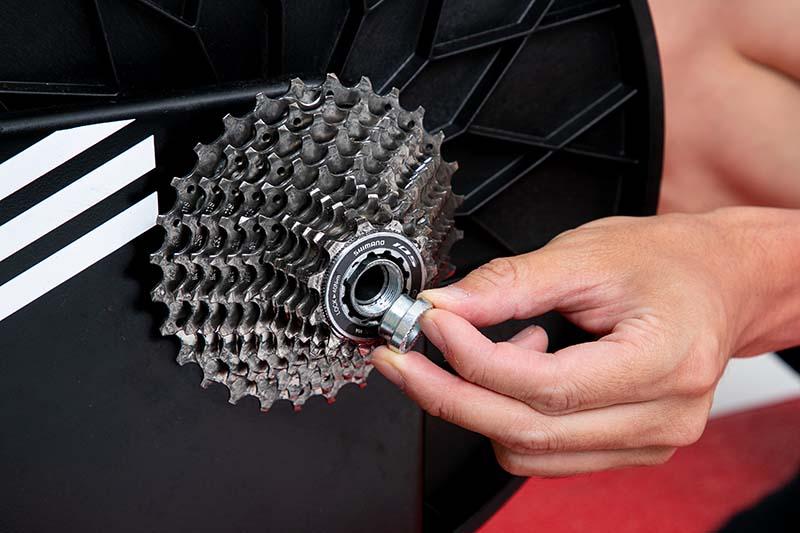 ディスクブレーキの場合、スルーアクスル用のアダプターをスマートトレーナーに取り付ける。スルーアクスルのシャフトは、バイクに付属しているものをそのまま使う