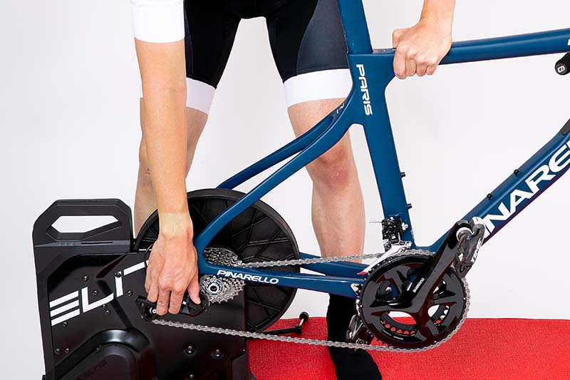 設置するバイクの規格(スルーアクスルの径やリヤエンド幅)に合わせたアダプターを設置し、後輪を着脱する要領でバイクをセット。確実に設置しないと変速に悪影響が出るので注意