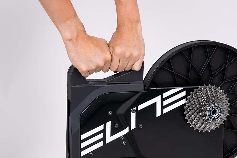 スイートには本体に持ち手がついている。スマートトレーナーは重量が重いものも多いが、持ち手でしっかりとトレーナーを保持でき、設置時や収納時も安心して持ち運びできる