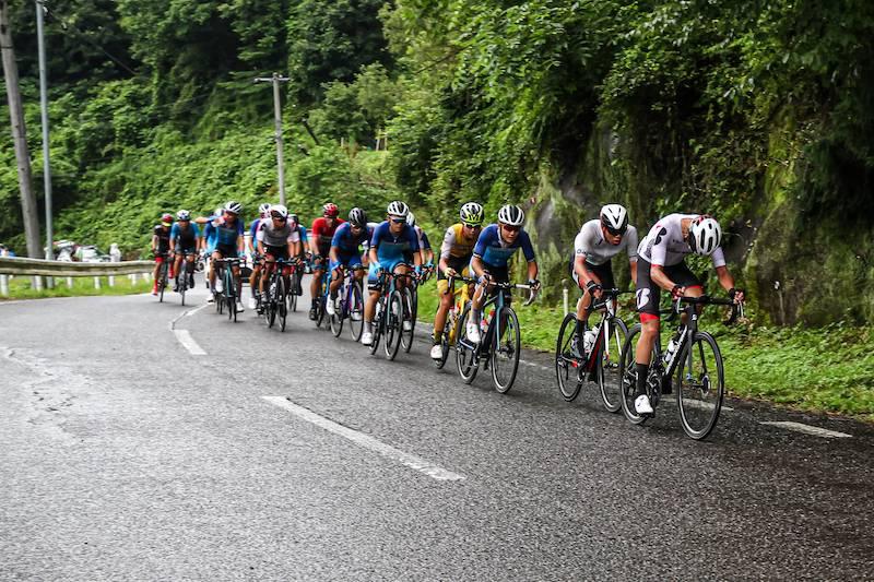 チームブリヂストンサイクリングを筆頭に集団も加速