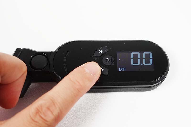 単位はpsi、bar、kg/cm2の3つに対応している。デジタルディルプレイ上の左にあるボタンを押すことで単位を切り替えることができる。空気圧は5~260psiまで測定可能となっている。