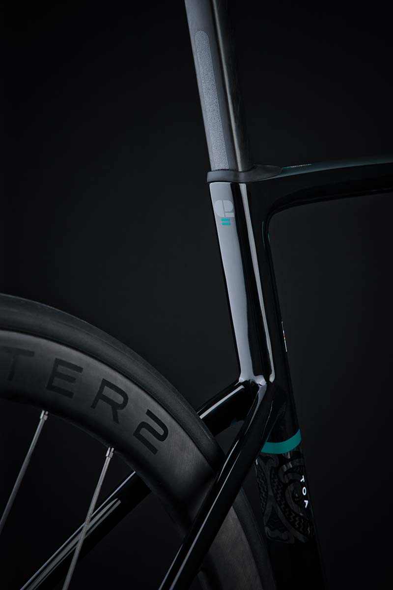 ドロップシートステーを採用し、路面からの振動を軽減する。タイヤクリアランスは最大32mm幅まで対応となっている。