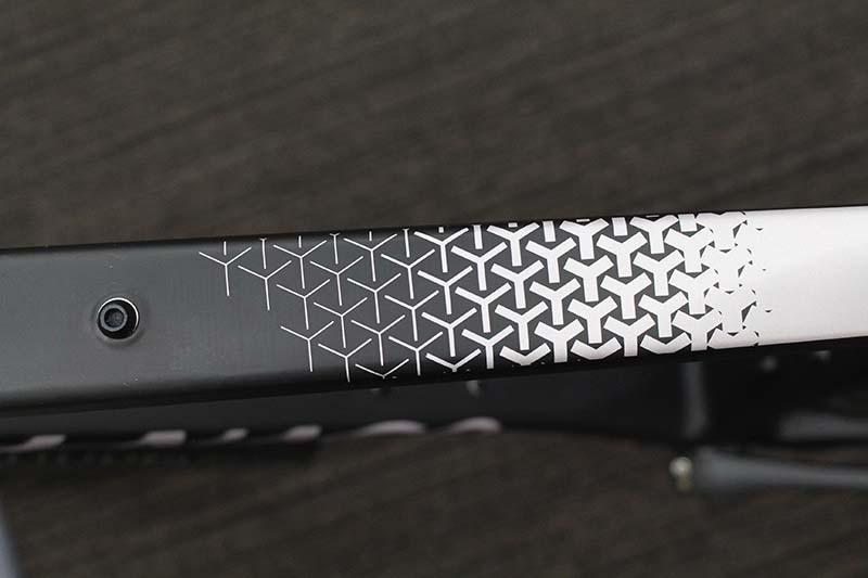 カラーはG3BK(ブラック)となっており、トップチューブのグラデーションが美しい
