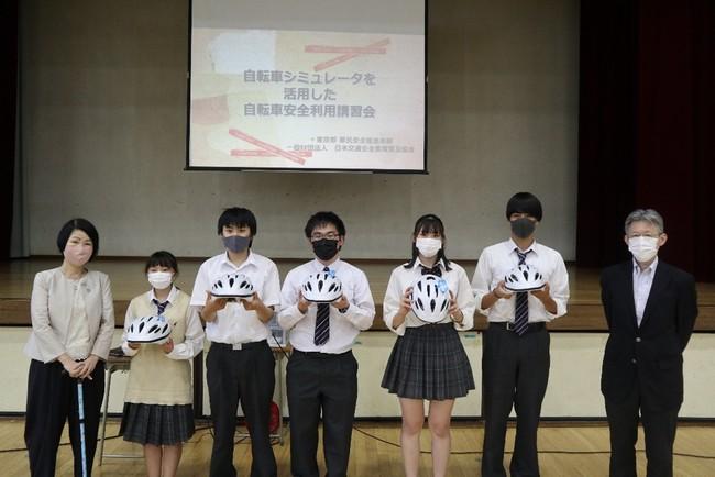 au損保が東京都立松原高等学校の生徒にヘルメットを贈呈