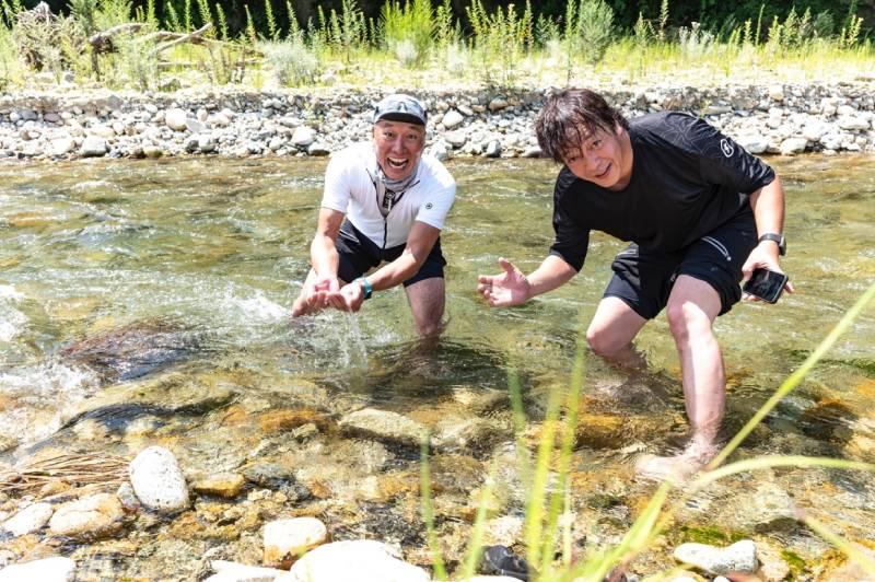 川に入るシシャチョーとテンチョー